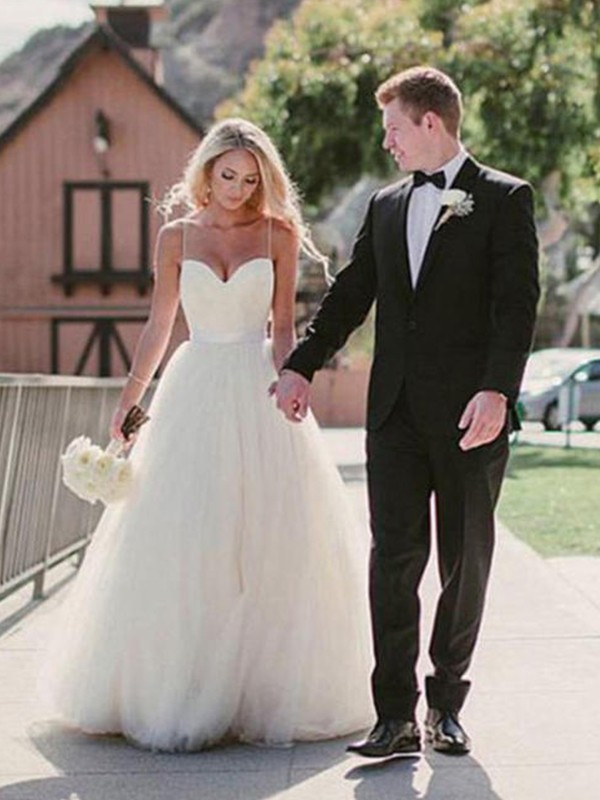 Chic Ball Gown Sweetheart Sweep/Brush Train Sleeveless Tulle Wedding Dress